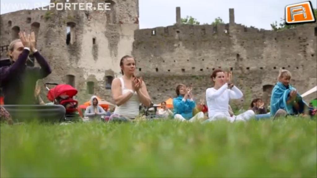 SUVEREPORTERI VIDEO! Uus joogatrend: pulkadega tselluvilla vastu!