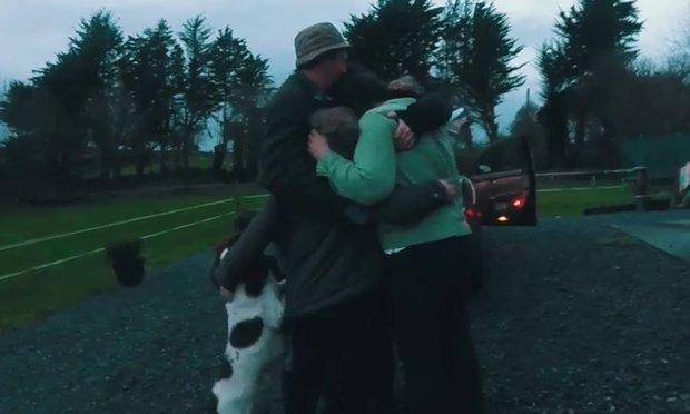 LIIGUTAV VIDEO! Vaata, kuidas inimesed jõuluks koju jõuavad ja nende pered õnnest nutavad