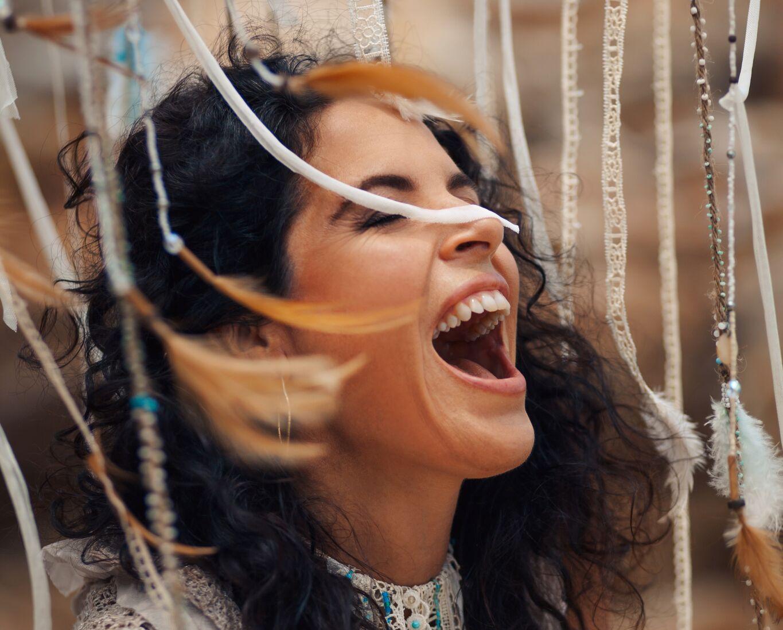 """VIDEOD! Müstiline lauljatar Peruquois avab oma kontserdil """"Armunud naine"""" väravad naiselikkuse juurde"""