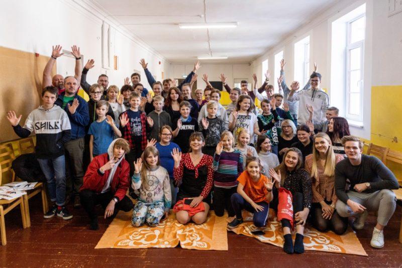VIDEO! Et inglid neid lapsi valvaks! Leinatoetuslaagris käisid lapsi üllatamas superstaarisaate osalejad